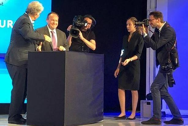 Amundi CEO Yves Perrier (left) and European Investment Bank Vice-President Ambroise Fayolle attract media attention as they sign the Green Credit Continuum program at the Paris Europlace 2019 international financial forum (Photo courtesy European Investment Bank) Posted for media use